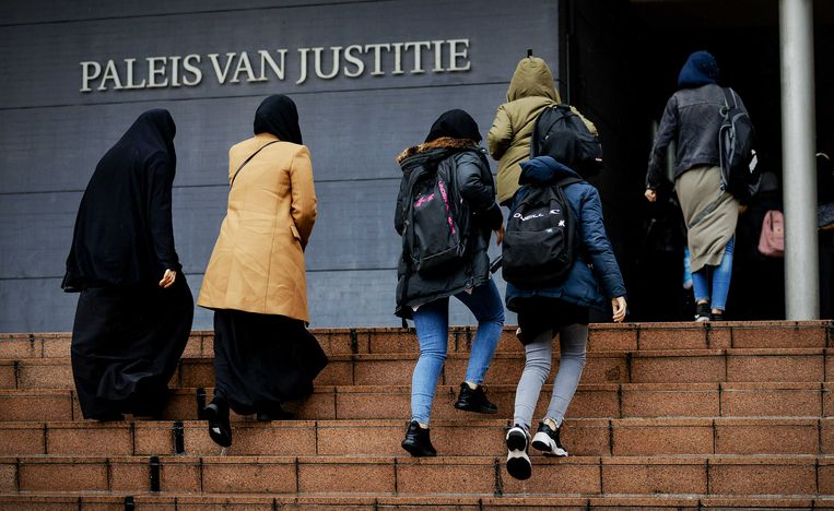 Leerlingen en schoolleiding komen aan bij het gerechtshof, bij het hoger beroep van het Cornelius Haga Lyceum over de publicatie van het rapport van Inspectie van het Onderwijs. Beeld ANP