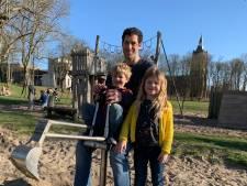 Papa Karel gaat lekker met zijn kinderen naar de speeltuin in een stadje verderop