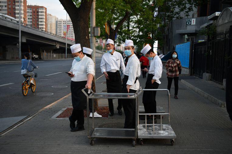 Koks wachten bij een restaurant in Beijing. Beeld Hollandse Hoogte / AFP