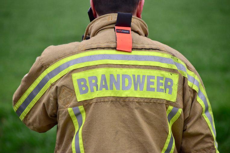 De brandweer kwam ter plaatse om de brokstukken op te ruimen en de rijweg weer proper te maken.