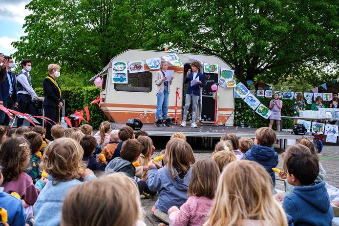 De Rodenbachcaravan werd feestelijk geopend op de Rodenbachschool in Hove.