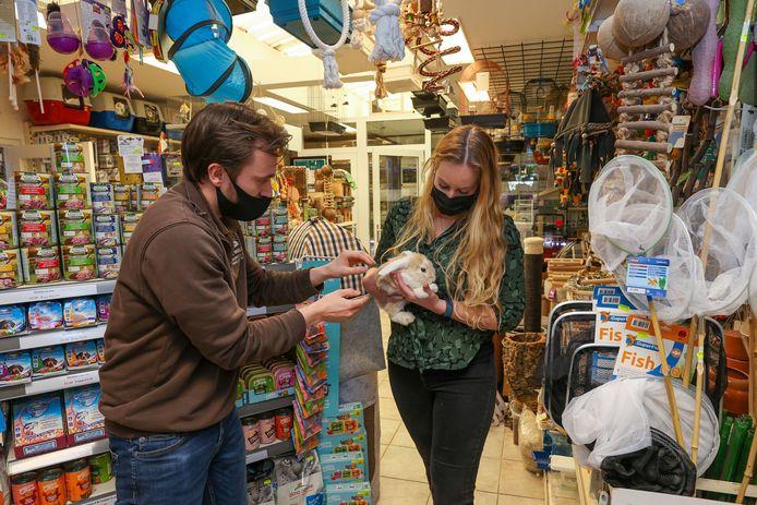 Twee medewerkers van dierenspeciaalzaak Beelen in Eindhoven, Bart van den Heuvel en Lotte Beelen, aan het werk in de winkel.