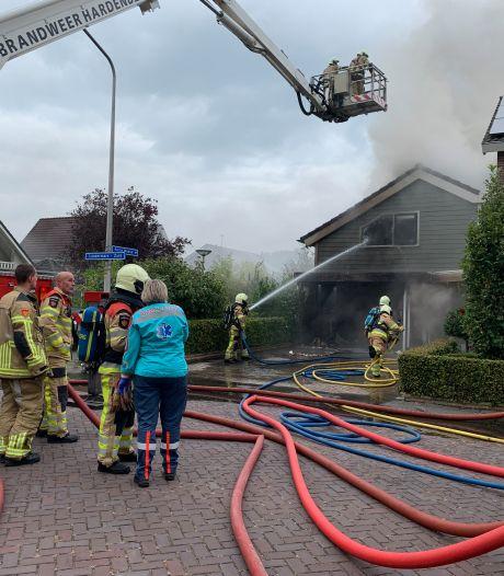 Uitslaande schuurbrand in Gramsbergen zorgt voor schade aan woning