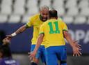 Neymar (links) en Everton Ribeiro bejubelen de goal van invaller Ribeiro (3-0).