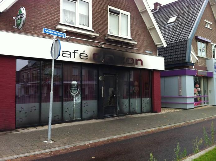 De brand heeft zich beperkt tot de voordeur en een deel van de gevel. Foto Matthijs Oppenhuizen