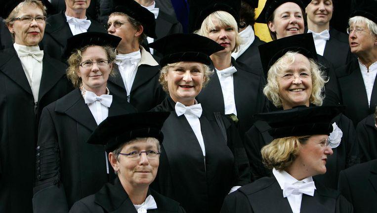 Vrouwelijk hoogleraren poseren in 2006 als stil protest voor een groepsfoto op de trappen van het academiegebouw voor aanvang van de officiele opening van het academisch jaar Universiteit Groningen. De vrouwelijk hoogleraren vinden dat er te weinig vrouwen als hoogleraar op universiteit werkzaam zijn. Beeld anp