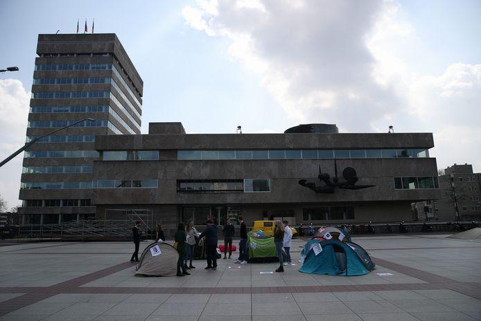 Actie van studenten(organisaties) en jongerenafdelingen van politieke partijen tegen de strenge regels voor kamerverhuurpanden in Eindhoven, op het Stadhuisplein.