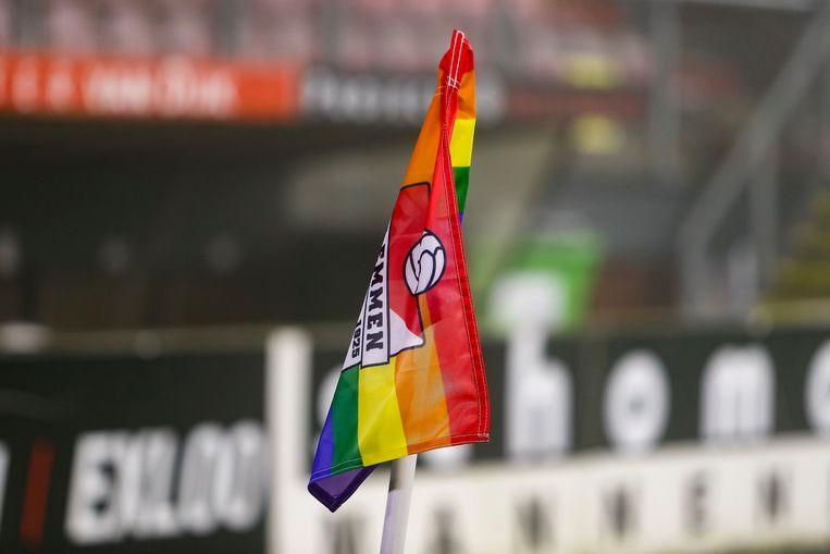 Cornervlag voor homoacceptatie in het voetbal in het stadion van FC Emmen. Gedurende het weekend van 11 tot 13 december 2020 werd overal in het betaald voetbal aandacht gevraagd voor dit thema. Beeld Pro Shots / Niels Boersema