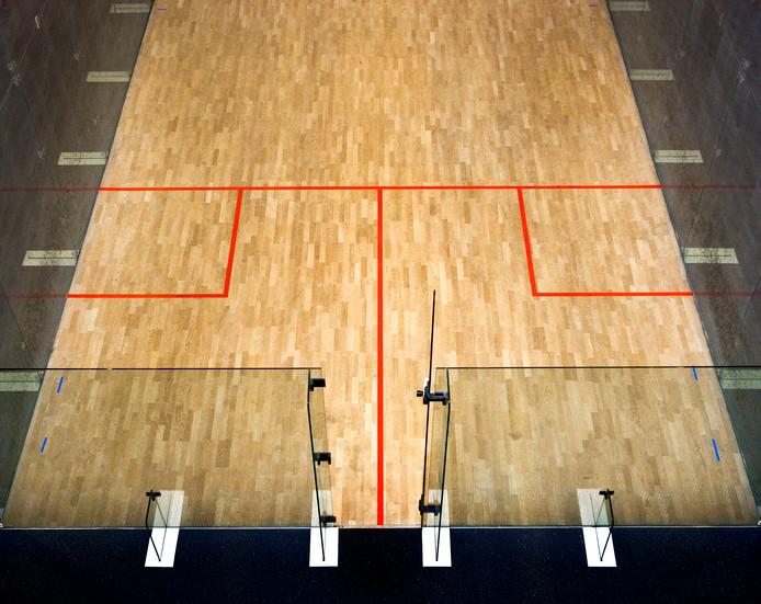Het squashballetje heeft een bijzondere weg afgelegd voordat het tegen het alarm kwam.
