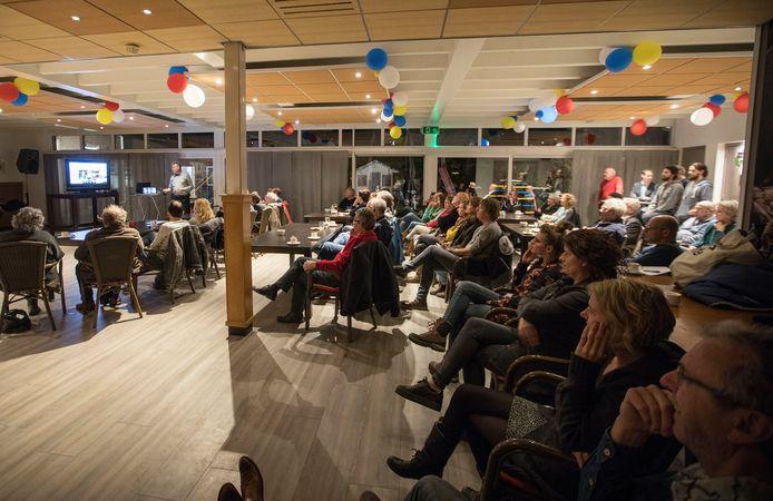 De informatieavond over Tiny Houses, oftewel kleine huisjes, werd dinsdagavond goed bezocht in Partycentrum De Bommel in Dommelen.