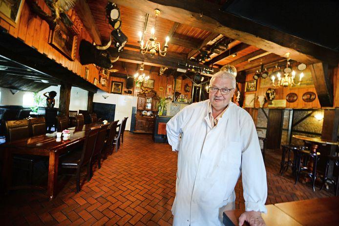 Gerrit ten Oever in de voormalige koeienstal die is omgebouwd tot feestzaal.