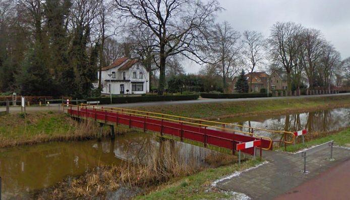 De huidige voetbrug over het Overijssels Kanaal krijgt een make-over.