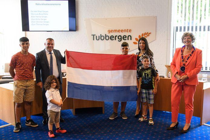 Het gezin Gerges uit Syrië is officieel genaturaliseerd. Vanaf links Hanna, Milad, Thomas, Kirlos, Zena en Christian, samen met burgemeester Wilmien Haverkamp.