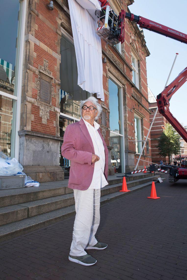 Kunstenaar Marinus Boezem bij het Stedelijk Museum Amsterdam, terwijl zijn kunstwerk wordt geïnstalleerd. Beeld Els Zweerink