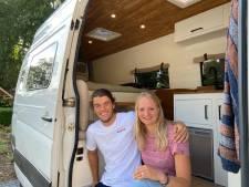 De zelfgebouwde camper van Daan en Merel is af: 'Alles bij elkaar kostte het 20.000 euro'
