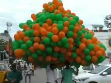 Des centaines de ballons d'hélium explosent au-dessus de la foule