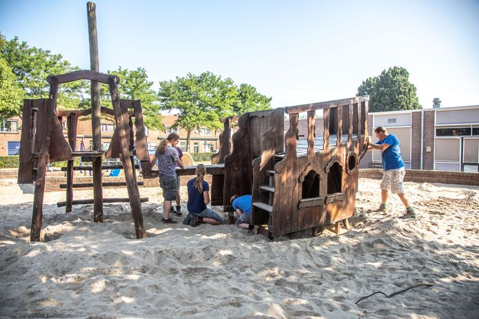 In de populaire speeltuin van wijkvereniging Wipstrikkwartier werd afgelopen zomer het oude speelschip afgebroken. Er komt een nieuw toestel.