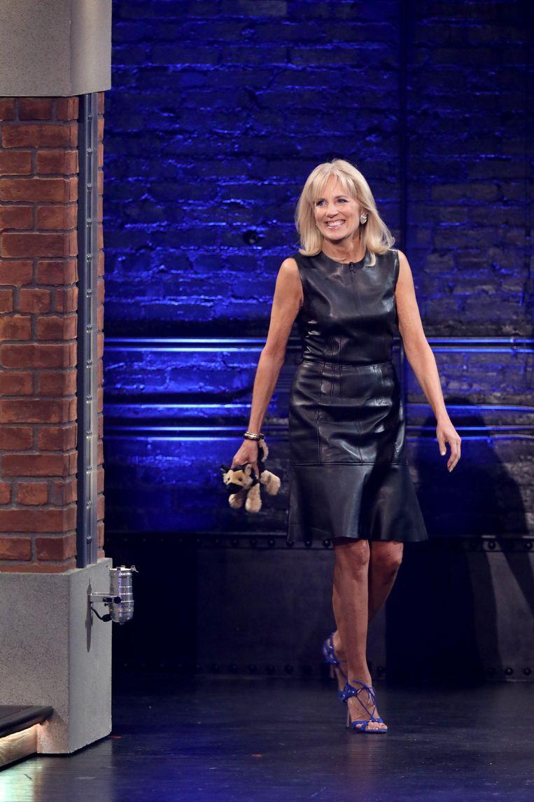 'All American girl' Biden werd bejubeld om haar leren shift dress bij de talkshow van Seth Meyers . Beeld NBCU Photo Bank/NBCUniversal