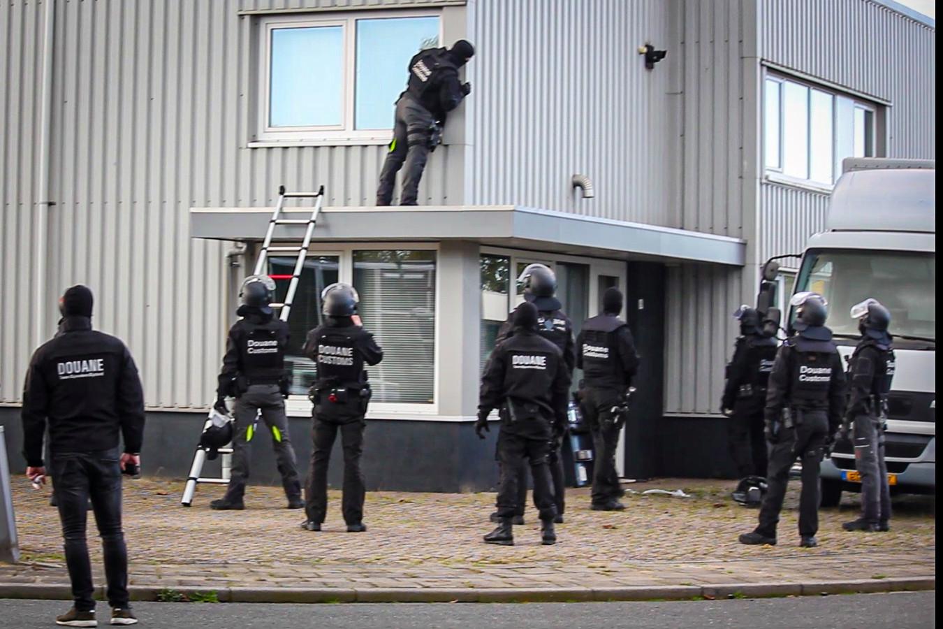 Het douaneteam bij het bedrijfspand in Dieren.
