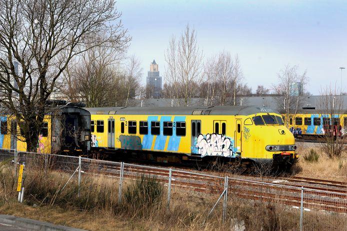 Afgedankte treinstellen op het spooremplacement bij Het Broek in Arnhem op archiefbeeld.