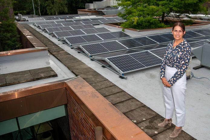 Directeur Hanne van der Linden toont het dak met zonnepanelen dat het crematorium voortaan van stroom voorziet.