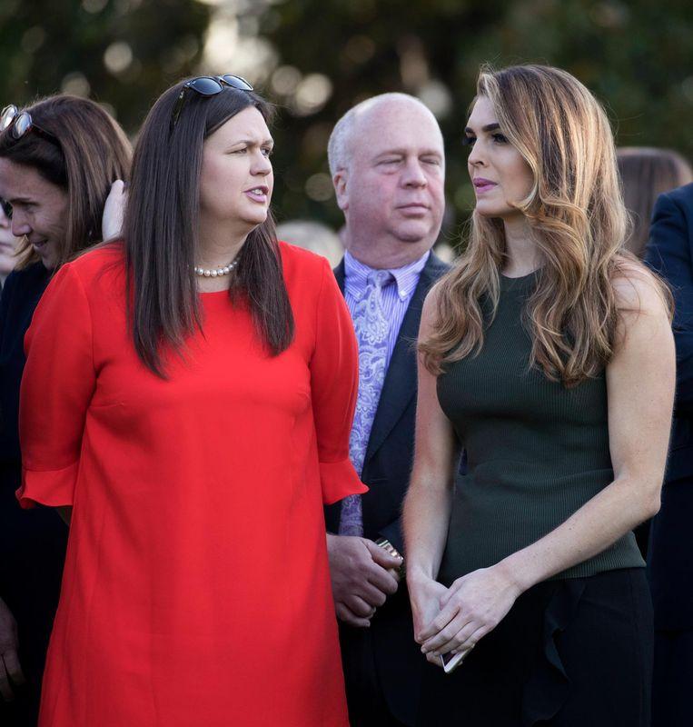 Trumps woordvoerder Sarah Huckabee Sanders en Hope Hicks maandag bij de herdenking in Washington van de aanslagen van 11 september 2001. Beeld EPA