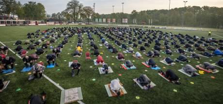Voetbalveld van Barbaros in Hengelo dient vandaag even als gebedsruimte voor moslims