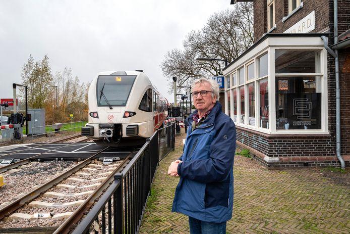 Carel van Gestel op station Hemmen/Dodewaard bij het voormalige seinwachtershuisje.