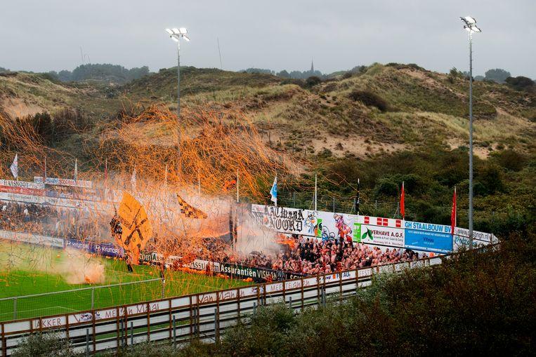 Fans van Katwijk op Nieuw Zuid, het sportpark van Quick Boys in de duinen, bij de opkomst van de twee aartsrivalen. Beeld Olaf Kraak