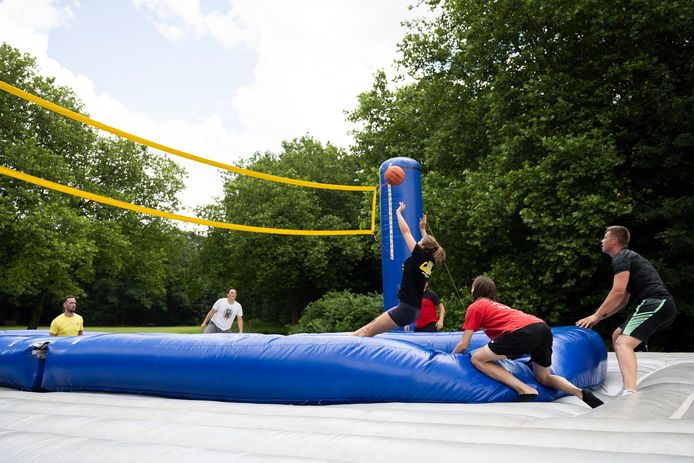 In het park van Boom hield Bar Hasart van vzw Kaaimannen zondag een tornooi bossaball: een spectaculaire combinatie van volleybal, voetbal en gymnastiek