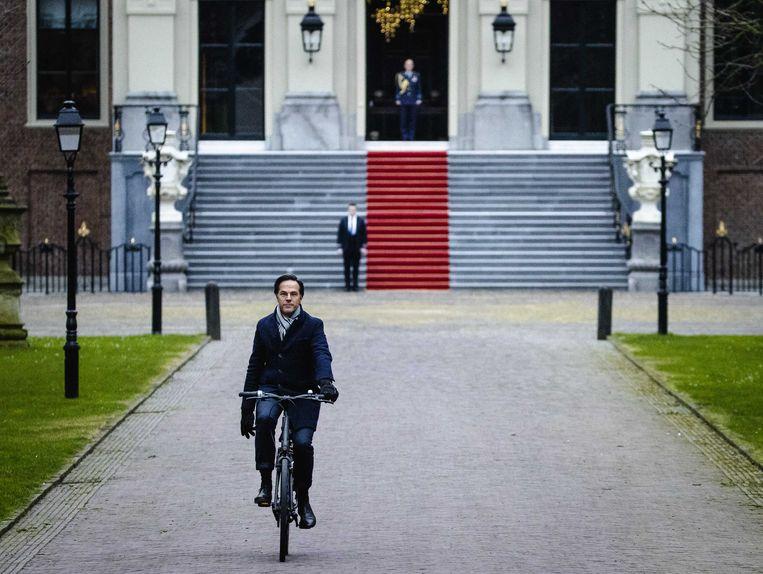 De Nederlandse premier Mark Rutte ging per fiets het ontslag van zijn regering indienen bij koning Willem-Alexander. Beeld ANP