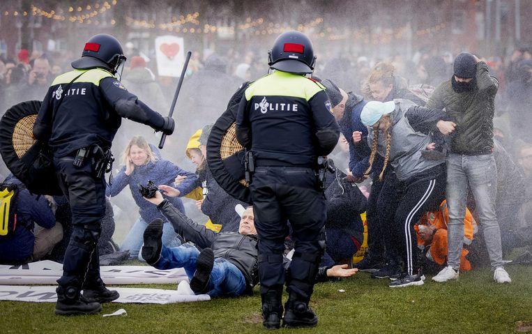Politie en demonstranten op het Museumplein. Beeld ANP