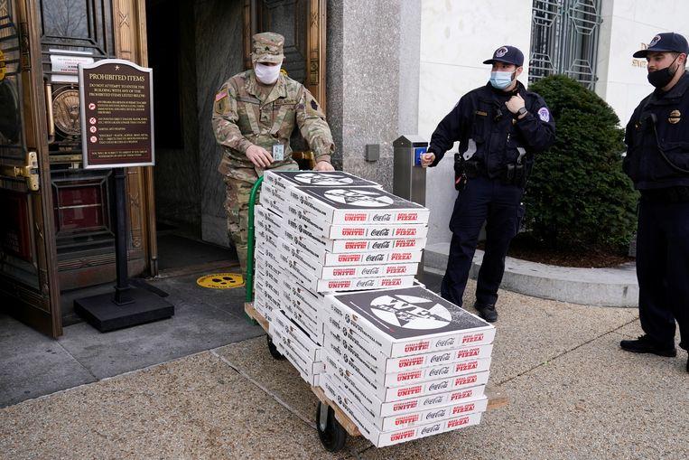 Eten voor The National Guard. Beeld REUTERS