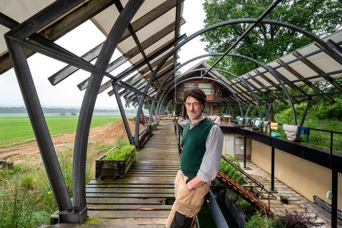 Frank Hogestijn bij de binnentuin van zijn 'longhouse' op Deelen.