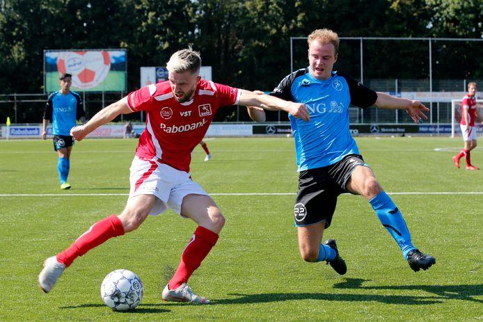 Jasper Waalkens (links) aan de bal namens DOVO.