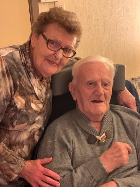 """De kwieke Maria Tassens ging haar man Jef Cortens, die dement was, elke dag bezoeken in het rusthuis. Tot dat door corona niet meer mocht. """"Zorg goed voor vader"""", was haar laatste sms aan haar zoon Nico."""