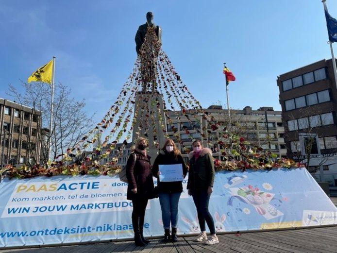 Celine De Jonghe, op de foto met haar moeder en schepen Ine Somers, wint de paaswedstrijd op de donderdagse markt.