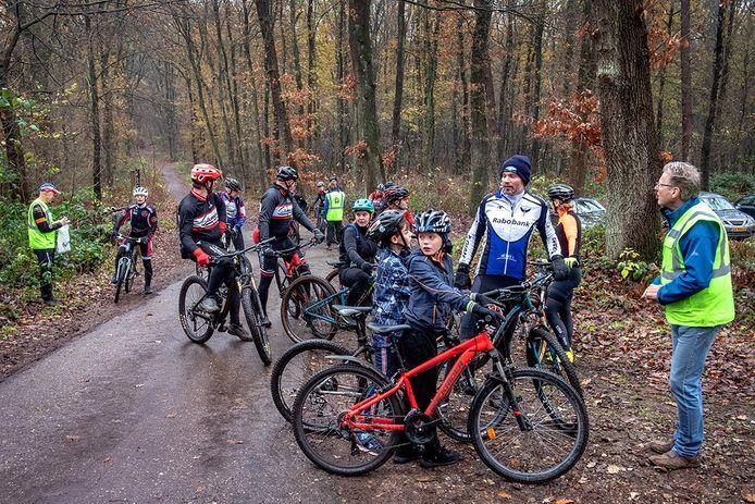 Verzameling mountainbikers aan de Meerwijkselaan.