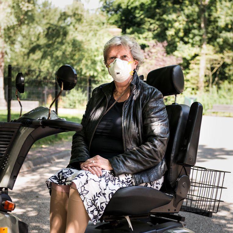 Mevrouw Kalf in het Amstelpark: 'Ik ben nop leeftijd, dus dan moet je toch voorzichtig zijn.' Beeld Eva Faché