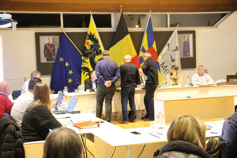De gemeenteraad werd even stilgelegd zodat fractieleiders Benedikt Van Staen (N-VA), Rik Priem (ZorgSaam) en Jean-Marie Gunst (Lijst van de Burgemeester) alle bestelaanvragen - waar ook het wc-papier op stond -  voor januari konden inkijken. Die werden uiteindelijk toch goedgekeurd.