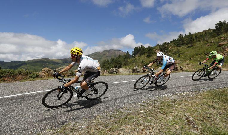 Sky-renner Mikel Nieve daalt op kop, met Romain Bardet en Rigoberto Uran in zijn zog. Beeld EPA