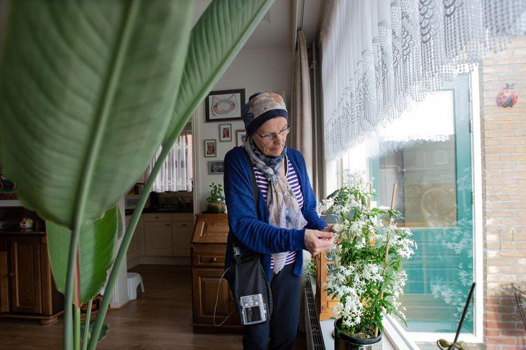 Mevrouw Boots-Jong verzorgt haar plantjes tijdens haar chemokuur aan huis. Beeld Maartje Geels