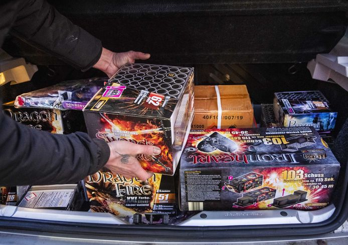 Een Nederlander legt Duits vuurwerk uit Kranenburg in de kofferbak (archieffoto).
