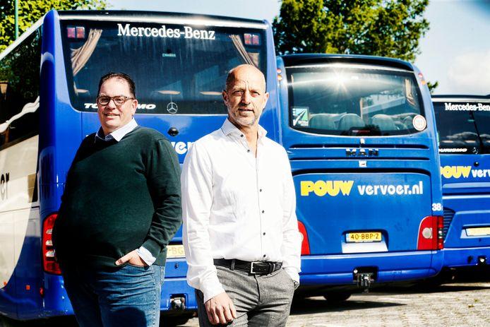 Johan Pouw (wit overhemd) en Martijn van der Kroef van Pouw Vervoer.