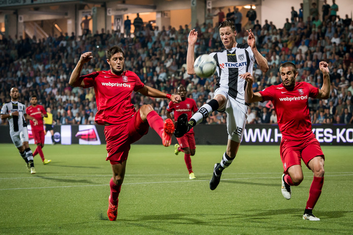 FC Twente-speler Giorgos Katsikas (links) per direct naar Esbjerg.
