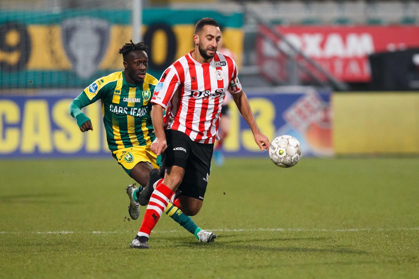 Adil Auassar (r) in duel met Bobby Adekanye van ADO Den Haag.