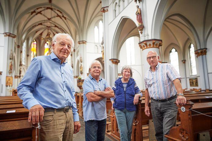 Vier van de zeven leden van het feestcomité van de Heilig Hartkerk Oss in gesprek over het 100-jarig-bestaan van het monument. Vlnr: Vincent Kirkels, Bart Koenders, Antoinette Bastiaans en Frans van Tilburg. Niet op de foto Ineke Breus, Leon van Schijndel en Gerard van Bergen.