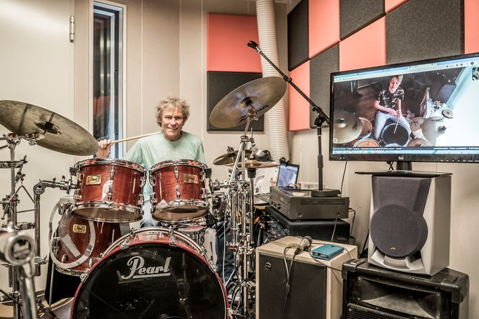 Rob Kramer gaat via Skype leerlingen leren drummen.