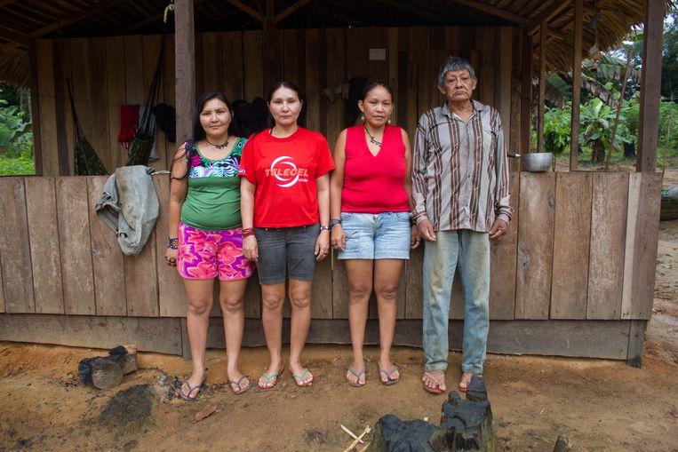 Met zijn drie dochters. Beeld Gabriel Uchida