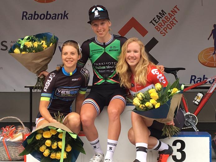 Winnares Lorena Wiebes (midden) van het Wielerfestival in Wijk en Aalburg